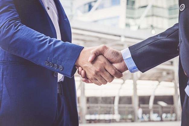 Empresários fazendo o aperto de mão. empresários bem sucedidos de conceito Foto Premium
