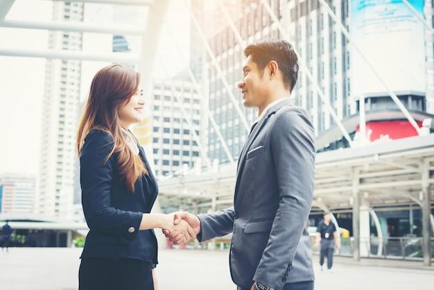Empresários felizes apertando as mãos. sucesso empresarial. Foto gratuita