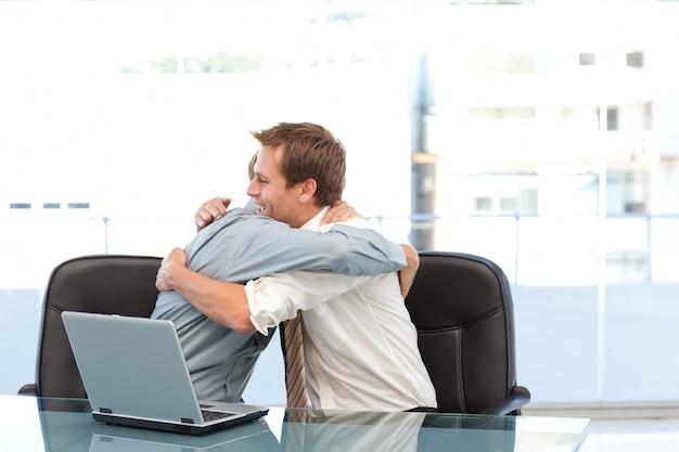 Empresários felizes se parabenizam com um sucesso Foto Premium