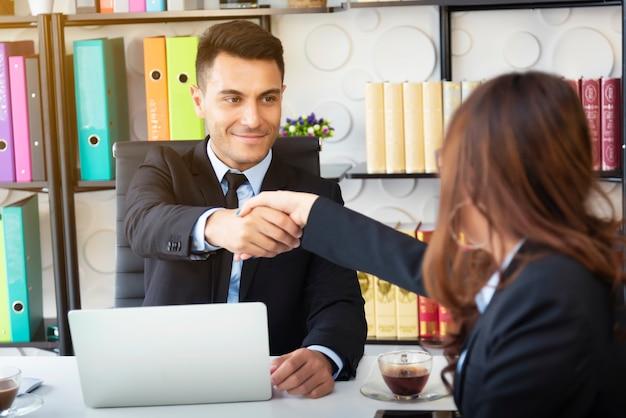 Empresários fez um acordo concluído no escritório moderno. conceito de negócio de sucesso. Foto Premium
