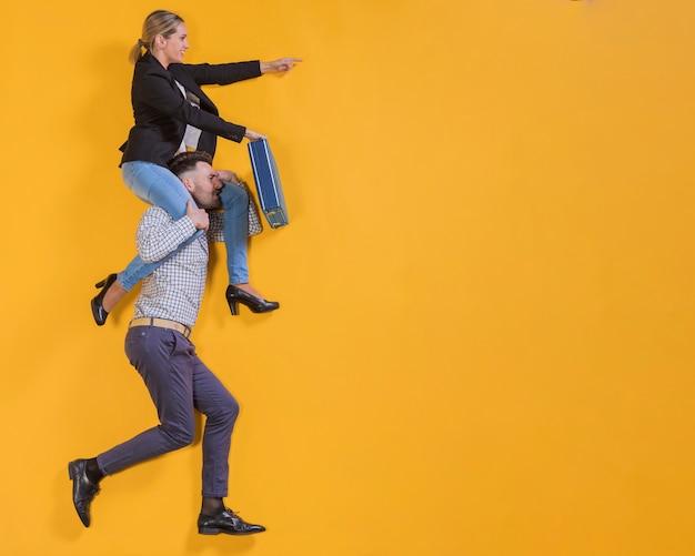 Empresários flutuando com uma mala Foto gratuita