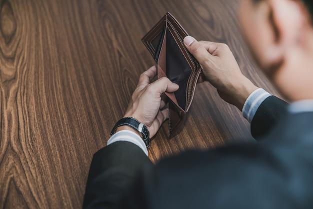 Empresários masculinos levaram dinheiro na bolsa Foto Premium