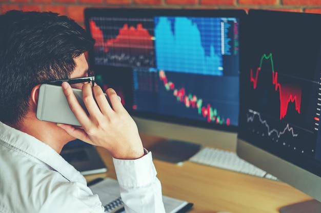 Empresários, negociação de ações on-line usando o telefone móvel investimento, discutindo Foto Premium