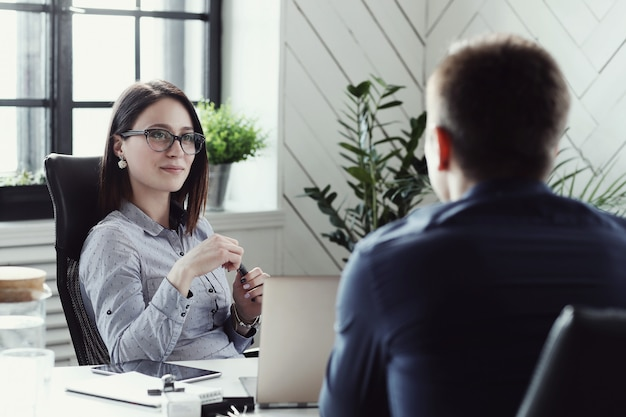 Empresários no escritório Foto gratuita