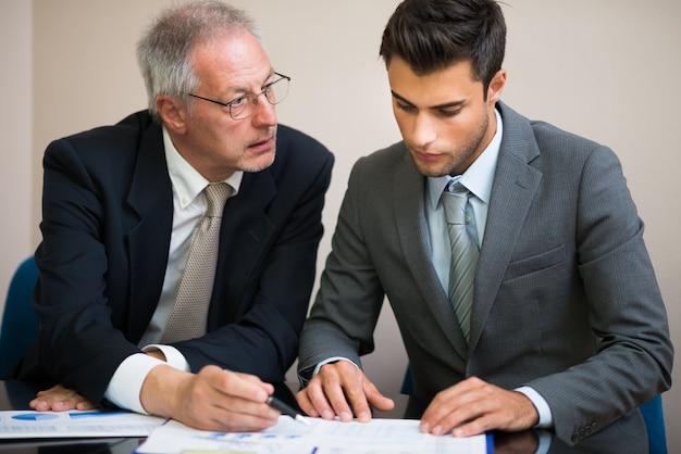 Empresários no trabalho durante uma reunião Foto Premium