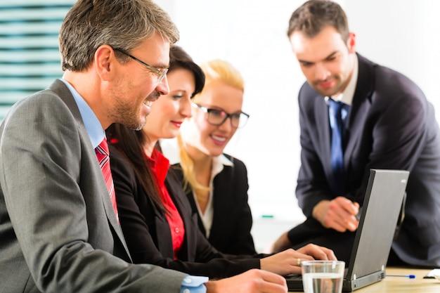 Empresários, olhando para a tela do laptop Foto Premium