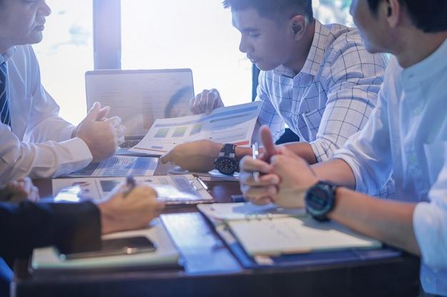 Empresários reunidos para discutir a situação no mercado. Foto Premium