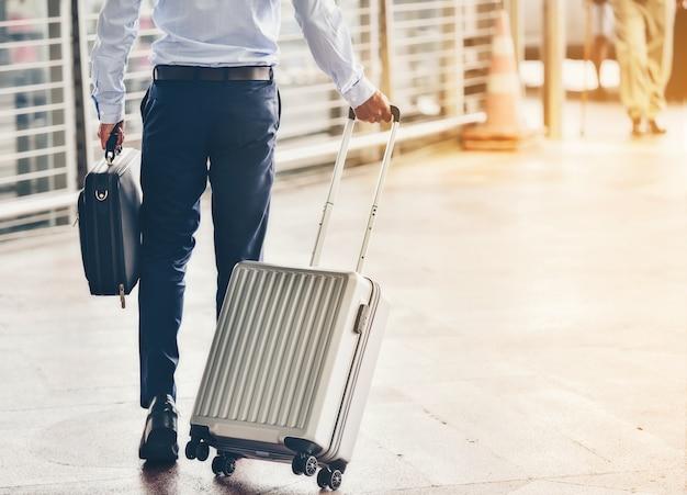 Empresários sair com bagagem no aeroporto. Foto Premium