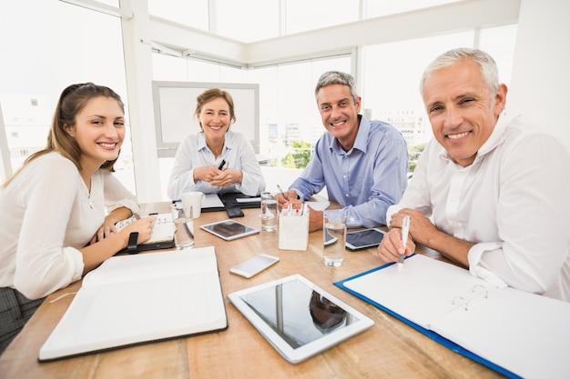 Empresários sorridentes durante uma reunião Foto Premium