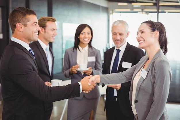 Empresários tendo uma discussão durante o intervalo Foto Premium