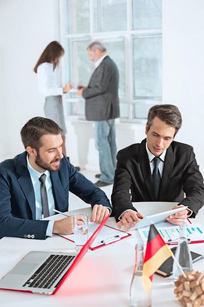 Empresários trabalhando juntos Foto gratuita