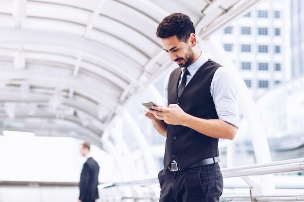 Empresários usam smartphones para chamar carros. Foto Premium