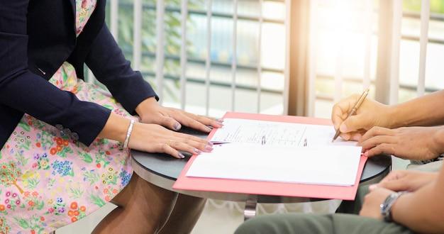 Empresários vão assinar um acordo comercial. Foto Premium
