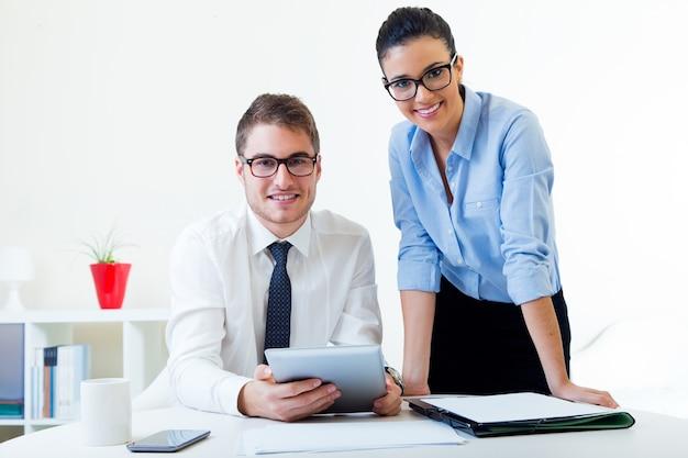 Empresas que trabalham no escritório com tablet digital. Foto gratuita