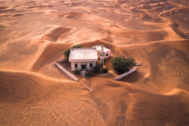 Encalhado - uma mesquita abandonada no deserto nos emirados árabes unidos (dubai) Foto gratuita
