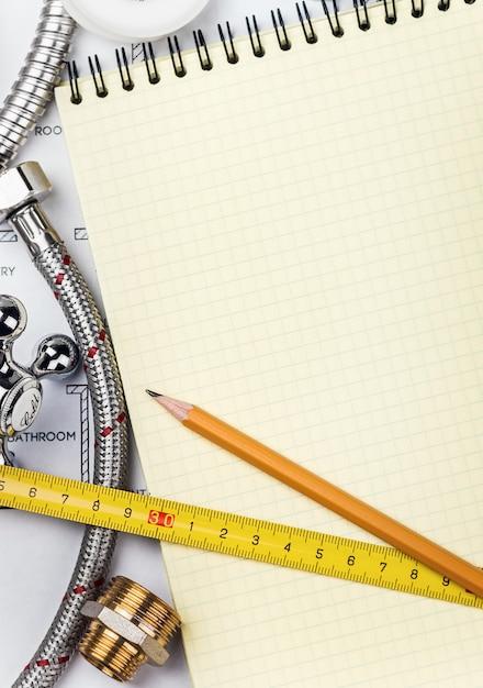 Encanamento e ferramentas com um notebook Foto Premium