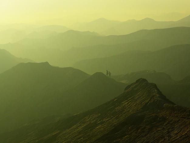 Encantadora vista da paisagem de bromo em um belo nascer do sol nebuloso Foto Premium