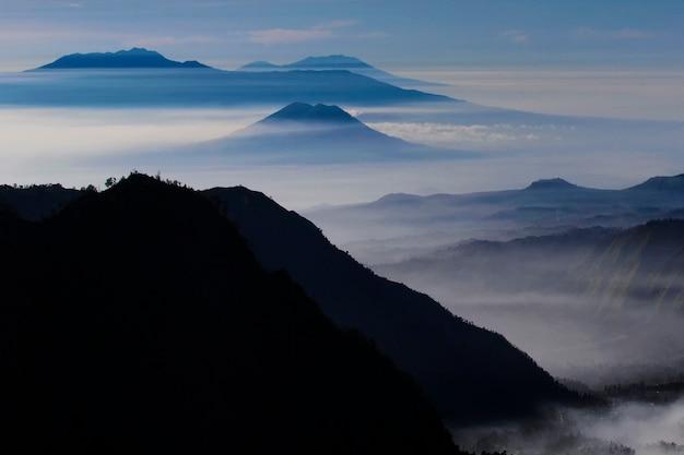 Encantadora vista das colinas e montanhas de bromo Foto Premium