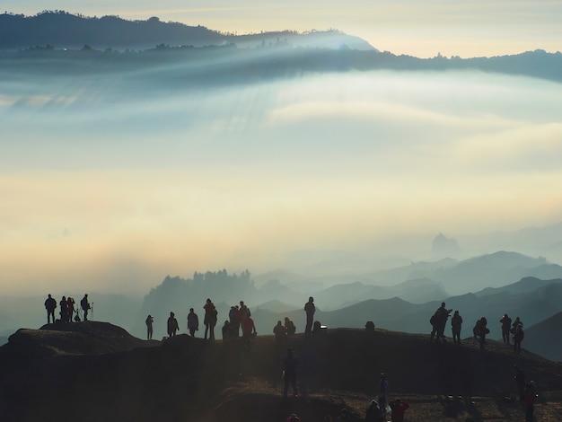 Encantadora vista do parque bromo tengger semeru em uma manhã de nevoeiro vista do monte bromo Foto Premium