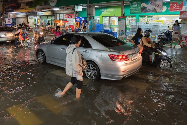 Enchente de água em problema de cidade com sistema de drenagem Foto Premium