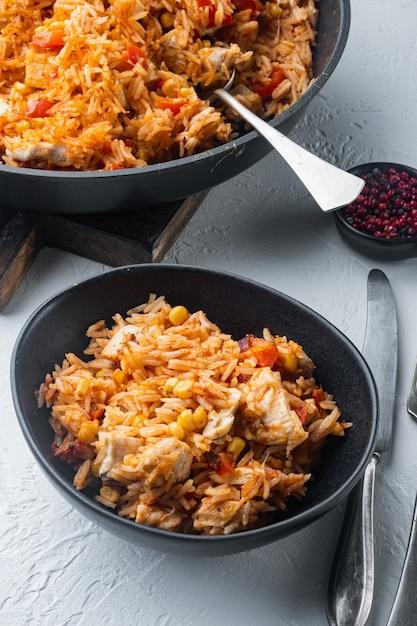 Enchilada com arroz de tomate, receita mexicana, em mesa branca Foto Premium