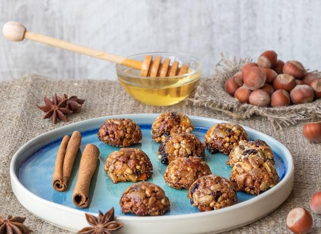 Energia caseira e doces saudáveis feitos de cereais, nozes secas, sementes, frutos secos e mel. Foto Premium