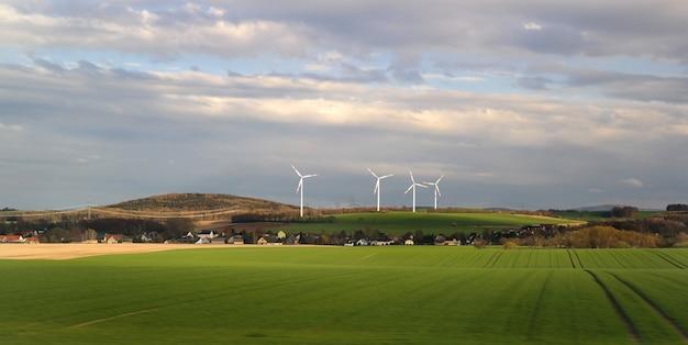 Energia eólica na aldeia. Foto Premium