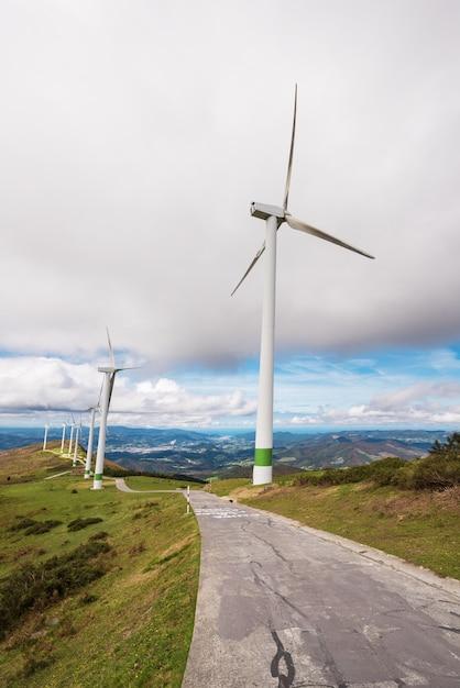 Energia renovável. turbinas eólicas, parque eolic na paisagem cênico do país basque, espanha. Foto Premium