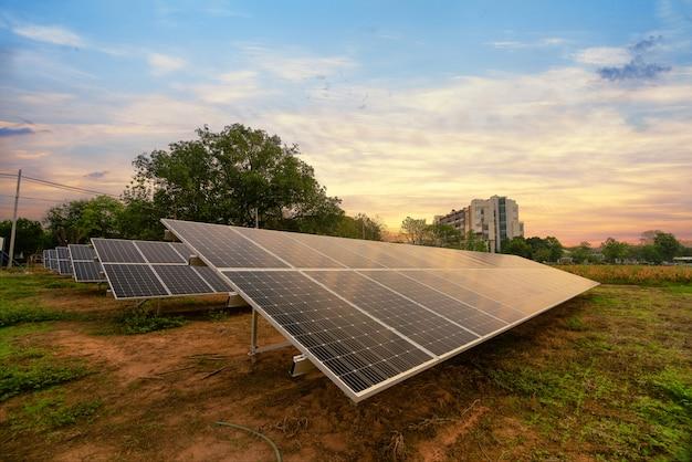 Energia solar gerada na fazenda Foto Premium