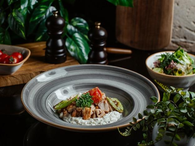 Enfeite de arroz com cogumelos salteados Foto gratuita