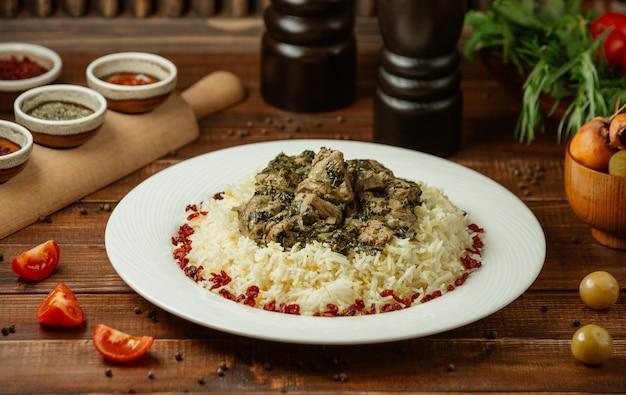 Enfeite de arroz com mistura de carne e legumes salteados Foto gratuita