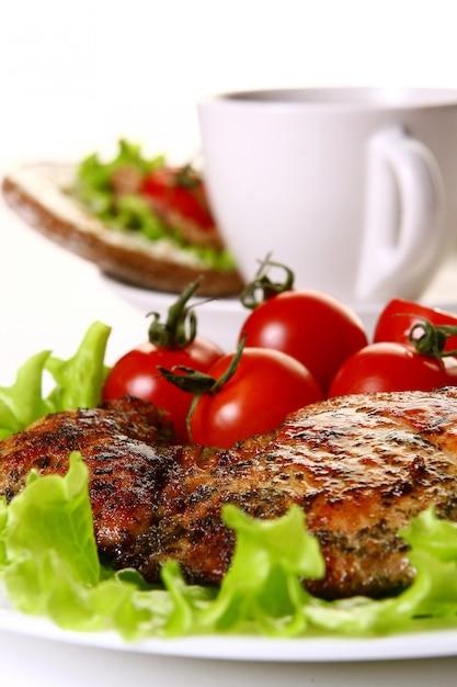 Enfeite de refeição com filé e legumes e café Foto gratuita