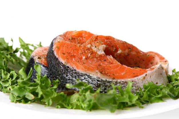 Enfeite de salmão fresco com salada Foto gratuita