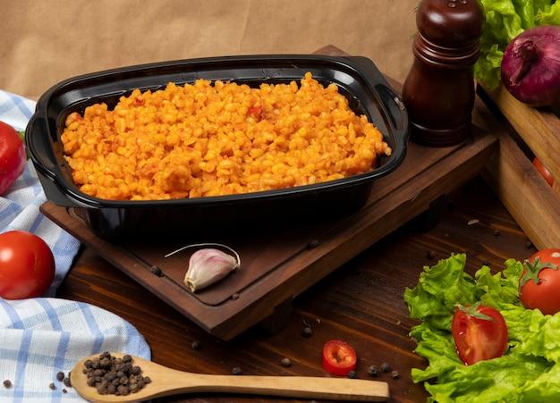 Enfeites de enfeite, pilavi bulgur com tomate Foto gratuita