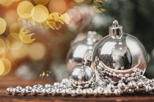 Enfeites de natal na mesa de madeira no fundo do bokeh Foto Premium