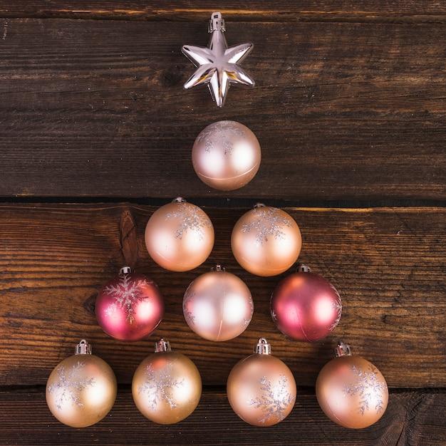 Enfeites decorativos de natal e estrela na placa de madeira Foto gratuita