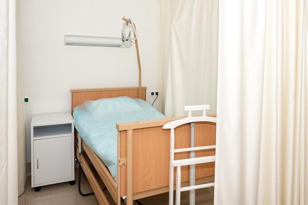 Enfermaria de hospital com cama e equipamento médico Foto Premium