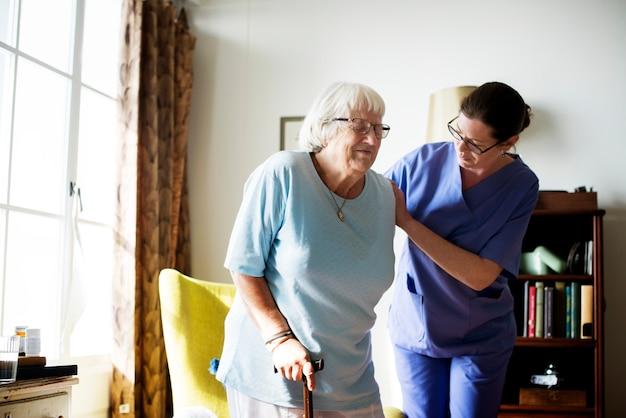 Enfermeira, ajudando, mulher sênior, ficar Foto Premium