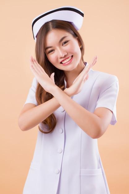 Enfermeira amigável dizendo não cruzar os braços Foto Premium