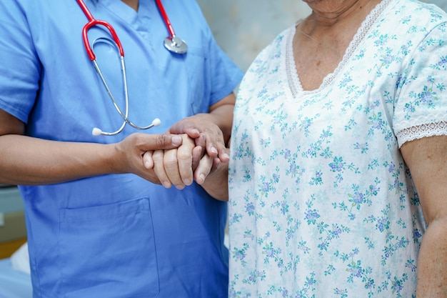 Enfermeira asiática fisioterapeuta médico cuidados Foto Premium