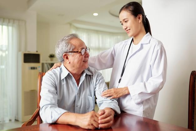 Enfermeira com paciente sênior Foto Premium