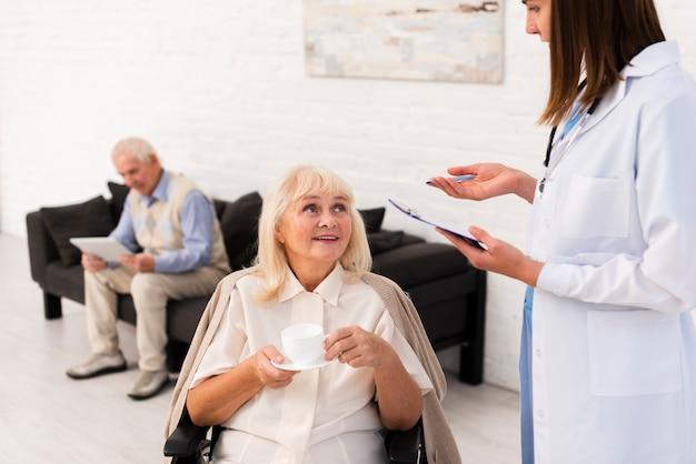 Enfermeira, conversa, mulher velha Foto gratuita