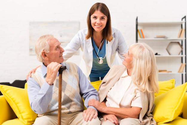 Enfermeira, cuidando, de, homem velho, e, mulher Foto Premium