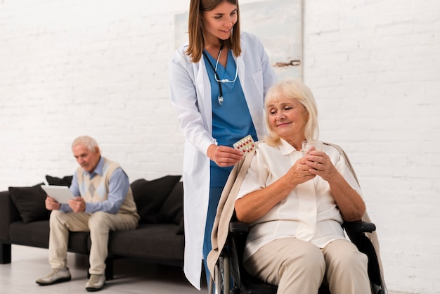 Enfermeira, cuidando, de, mulher velha Foto gratuita