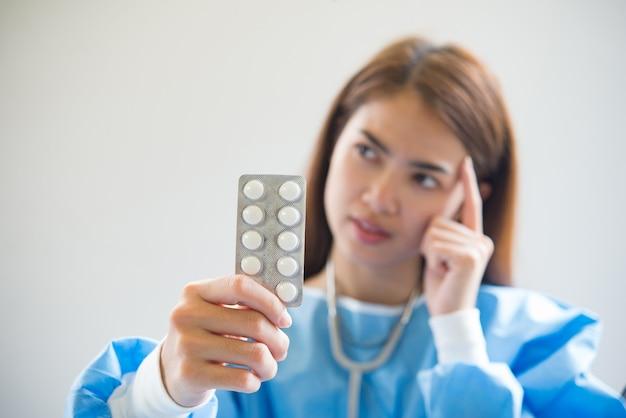 Enfermeira dando medicamentos Foto gratuita