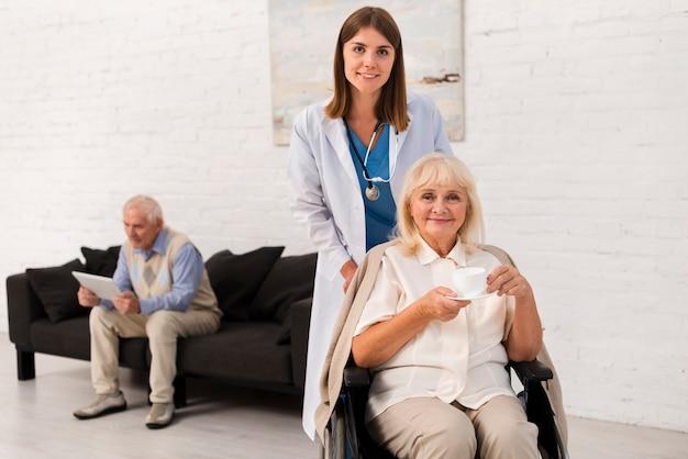 Enfermeira e mulher olhando para a câmera Foto Premium