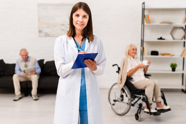 Enfermeira, escrita, ligado, dela, área de transferência, enquanto, olhando câmera Foto Premium