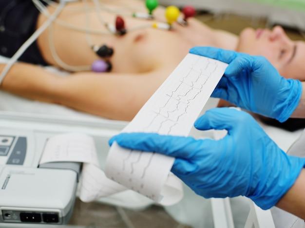 Enfermeira faz o cardiograma do paciente Foto Premium
