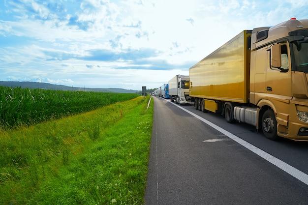 Engarrafamento de alemanha em um acidente de veículo de estrada Foto Premium