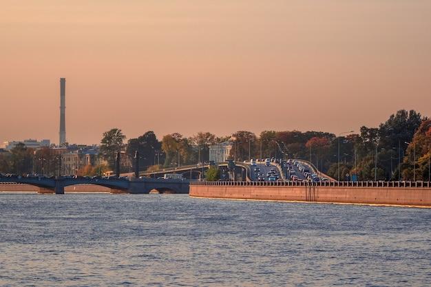 Engarrafamentos em são petersburgo. engarrafamento no viaduto da barragem de vyborg à noite. Foto Premium